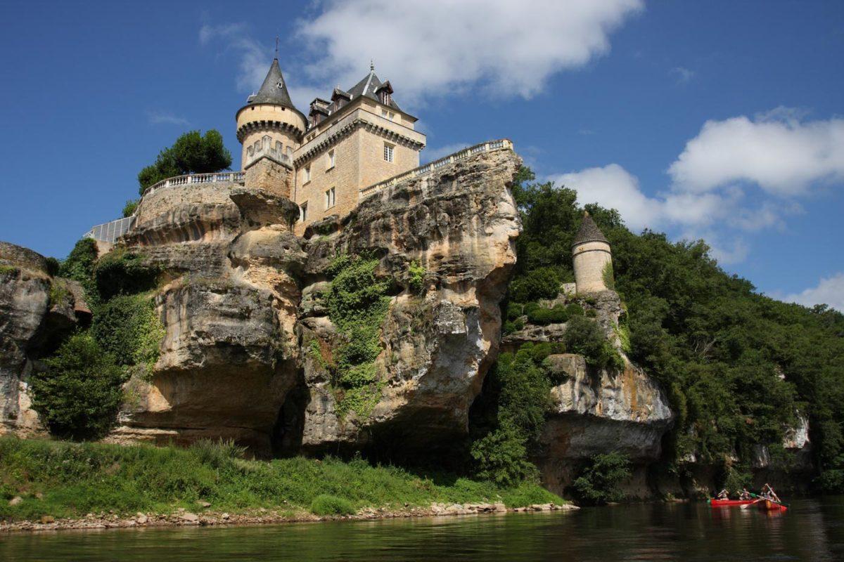 Château de Belcayre vu depuis la vezere en canoe ou kayak